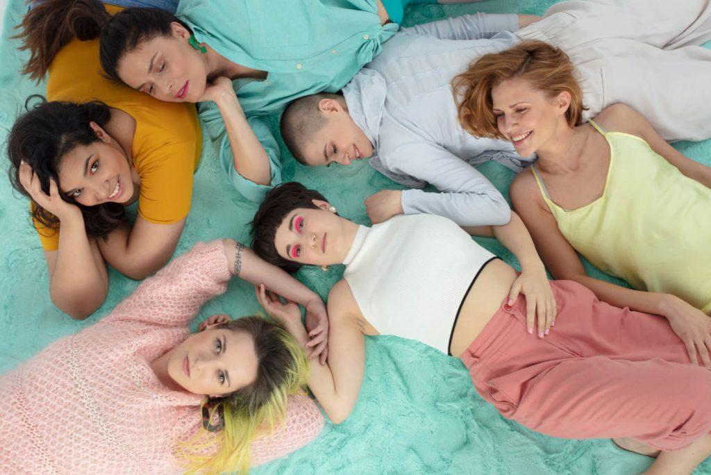 zdjęcie grupowe sześć leżących dziewczyn wimin