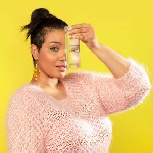 dziewczyna ze szklanką wody