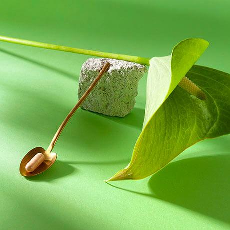 kapsułka wimin na łyżeczce z kwiatem
