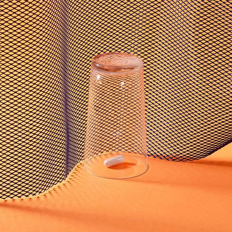 kapsułka wimin zamknięta pod szklanką