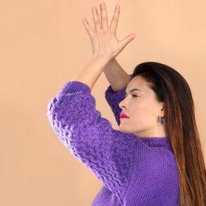 kobieta z podniesionymi rękami