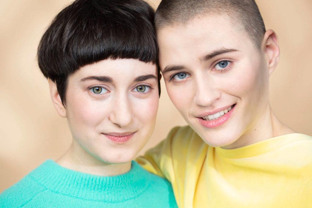 dwie uśmiechnięte dziewczyny